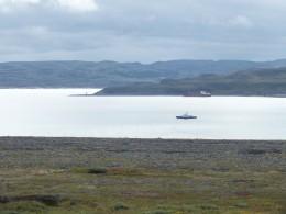 Пограничный катер в проливе
