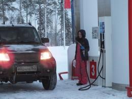 Лена в роли королевы бензоколонки