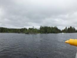 По берегам озера небольшие постройки