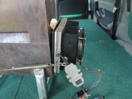 Термогенератор на элементах Пельтье прижимается к задней части топки пружинами