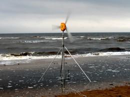 Ветрогенератор. На малых ветрах 2-3 ампера, на хороших до 5-7 ампер зарядки