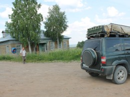 Спутниковый телефон – неизменный атрибут заброшенных деревень севера