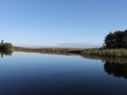 За этой узкой грядой Онежское озеро.
